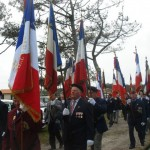 Une forêt de drapeaux avec les associations d'Anciens Combattants et des représentations étrangères.