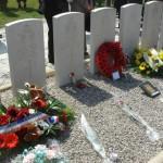 Les tombes des jeunes aviateurs morts pour la France au 'Carré Militaire' du cimetière de Naujac.
