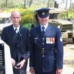 Des descendants des jeunes héros et un représentant de la Royal Australian Air Force.